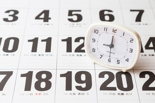 カレンダーと時計の写真