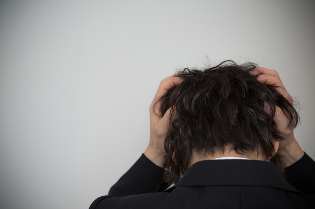 多重債務で苦しんでいる男性