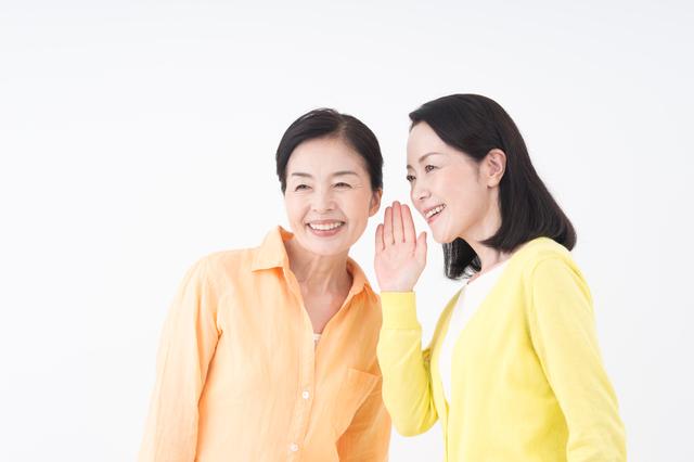 口コミを共有する女性たち