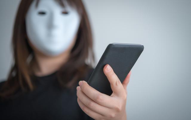 マスクをかぶって申し込みをする女性